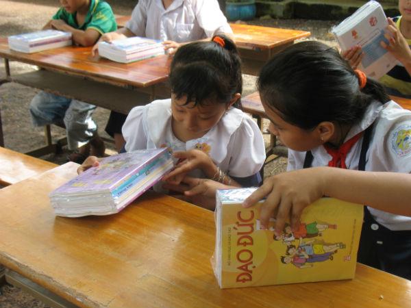 Tặng phần thưởng và học bổng cho học sinh nghèo học giỏi